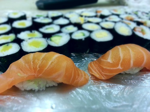salmon nigiri by pipsyq