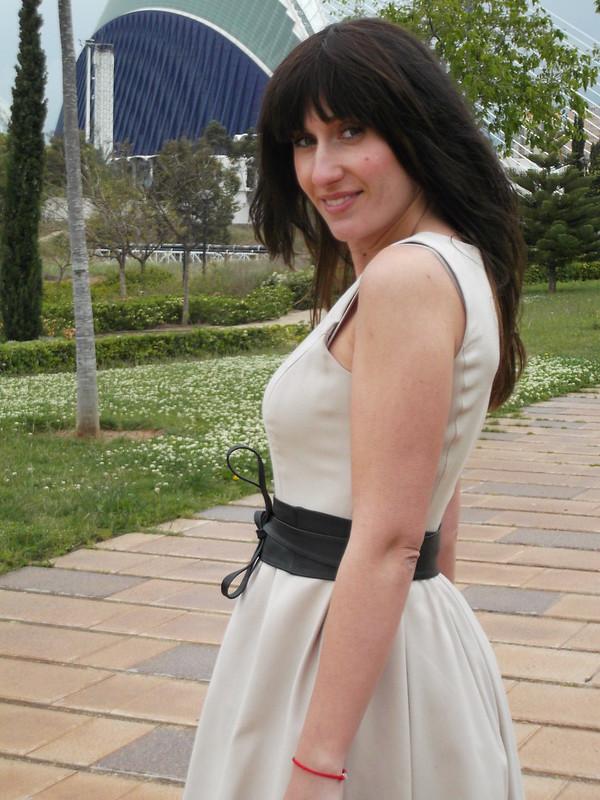 vestido beige, plumeti, flequillo postizo, low cost