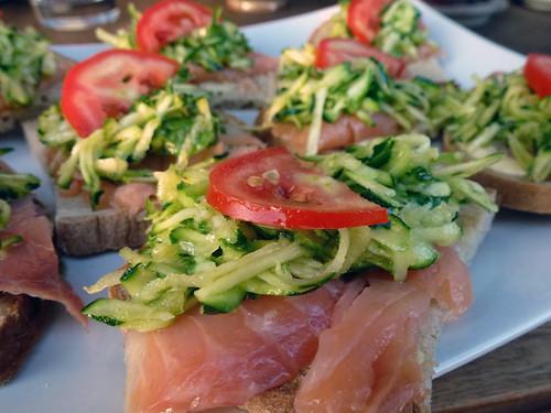 Bruschetta con salmone e zucchine marinate