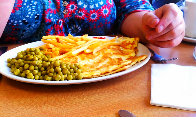 Ev had eggs, chips and (unintentionally) mushy green peas.