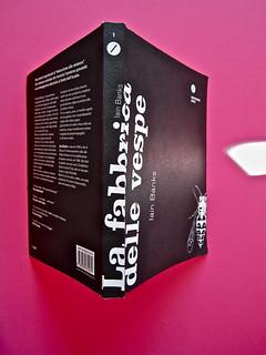Iain Banks, La fabbrica delle vespe, Meridiano Zero 2012. Progetto grafico: Meat collettivo grafico; realizz. graf.: Nicolas Campagnari. Q. di cop., dorso, copertina (part.), 1