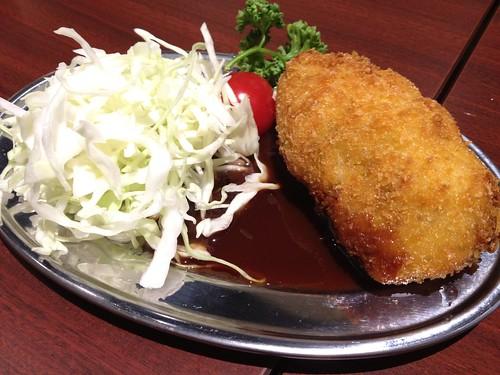 肉が焼き上がる前にコロッケ@肉屋直営 小松屋 日銀通り店