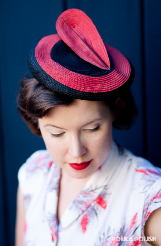 1940s bulls-eye hat in red and black with feather-like decoration