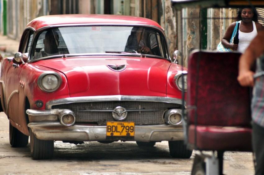 """Los denominados """"almendrones"""" nos regalan unas estupendas instantáneas por las calles de La Habana vieja. La Habana vieja y un paseo por sus plazas La Habana vieja y un paseo por sus plazas 7817186512 657c090849 o"""