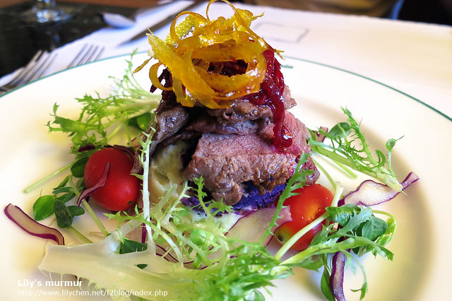 這是我點的羅宋湯套餐的沙拉,居然有牛肉呢!紅色絲的可是紅菜根喔!