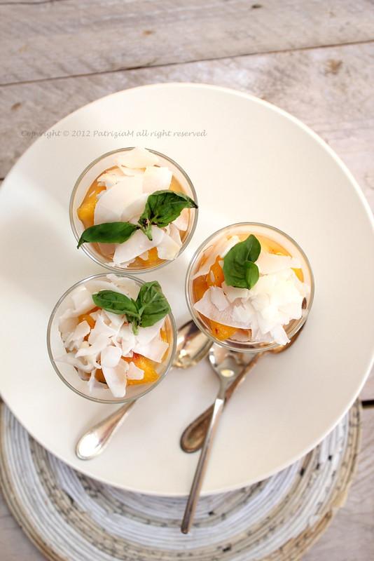 Pesche al basilico e yogurt di soia e cocco