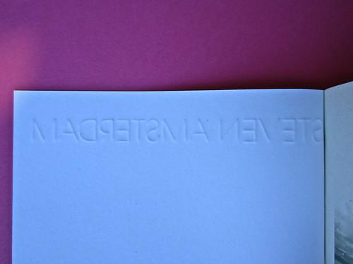 Steven Amsterdam, Ritratto di famiglia con superpoteri, ISBN 2012. Grafica: Alice Beniero. Copertina, verso (part.), 2