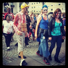 Fler främmande färgglada zombies vid Medborgarplatsen. #zombiewalk #Stockholm