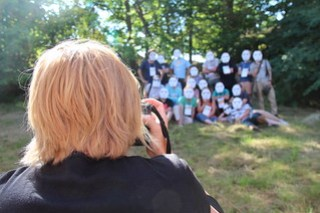 Kristina Alexanderson tar kort på SSWC-deltagare med storm troopers-masker