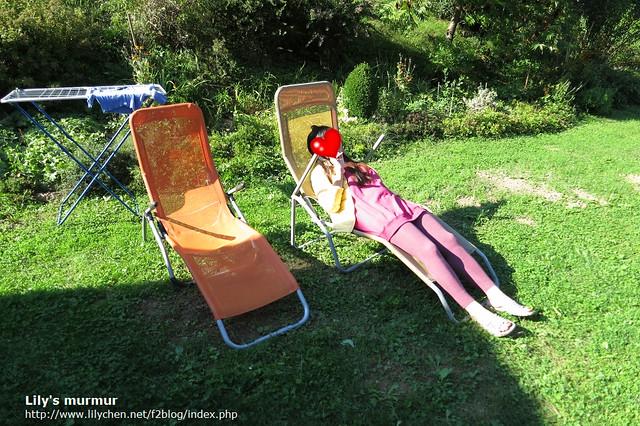 在尼家的庭院曬太陽,搬張躺椅躺著享受這大自然的洗禮,舒服極了。