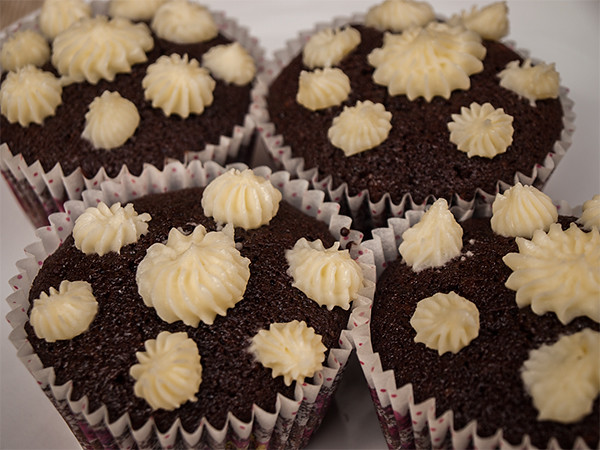 Frosting stars on cupcakes