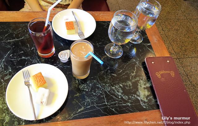 附餐就是簡單的咖啡、紅茶等飲料,還有一小塊起司蛋糕跟俄羅斯軟糖。