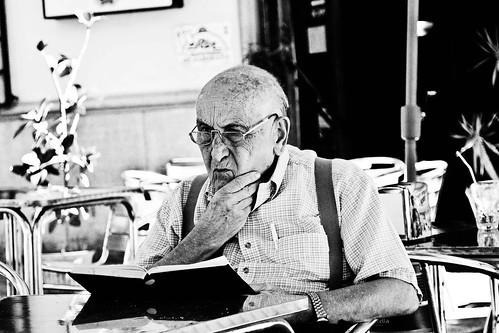 El abuelo lector by Monigote Valencia
