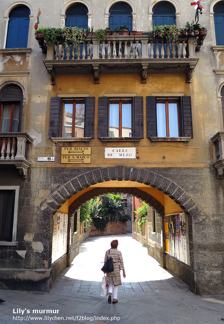 有一位可能是遊客或者住戶正要穿越這座拱門,覺得畫面很有趣就拍下來了。