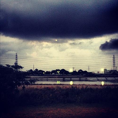ジョギング中に出てきた月。この後、土砂降りが。(苦笑)