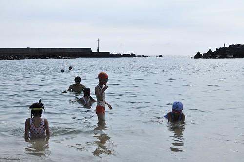 小琉球「杉福漁港(沙灘)」戲水:發現海參(8 ys)
