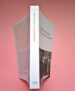 Mathieu Lindon, Cosa vuol dire amare; Barbès 2012. [resp. grafica non indicata]; fotog.: A. Robbe-Grillet, C. Simon, C. Mauriac, J. Lindon, R. Pinget, S. Beckett, N. Sarraute, C. Ollier, 1959 © M. Dondero. Quarta di cop., dorso, cop. (part.), 1