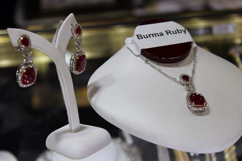 Luxury Jewelry and Fashion Shopping at International Gem & Jewelry Show