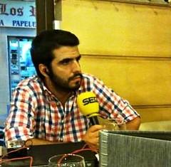 Raúl Villalba realizando una entrevista