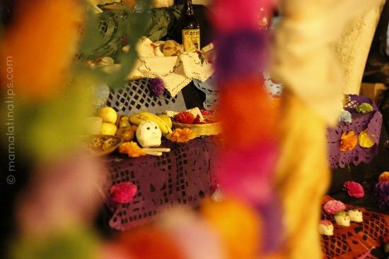 altardemuertos_behindflowers_mamalatinatips