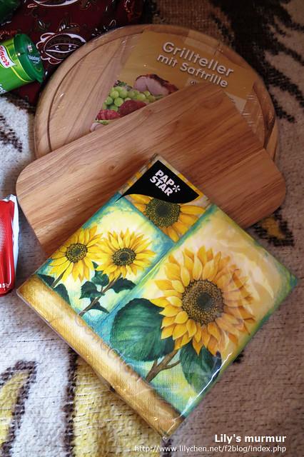 還有兩塊原木砧板,以及漂亮的紙餐巾。砧板的價格很漂亮!台灣這裡都賣好貴!