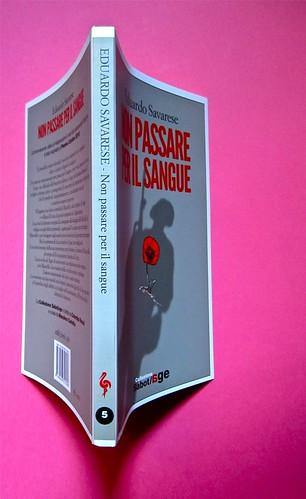 Eduardo Savarese, Non passare per il sangue. edizioni e/o 2012. Grafica di Emanuele Gragnisco; illustrazione di Luca Laurenti. Quarta di copertina, dorso, copertina (part.), 1