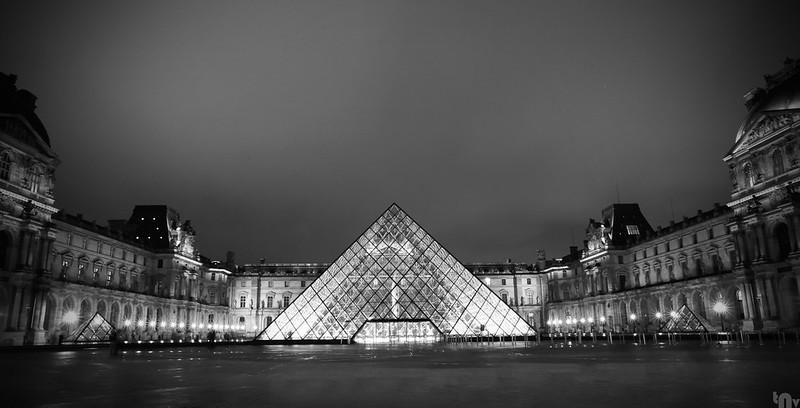 Paris by night - Louvre Museum