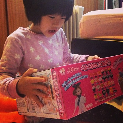 重頭戲是這個,爸爸媽媽送的莉卡壽司組。感謝瓜妹報馬,不然我還不知道她想要的玩具還真有其物啊!