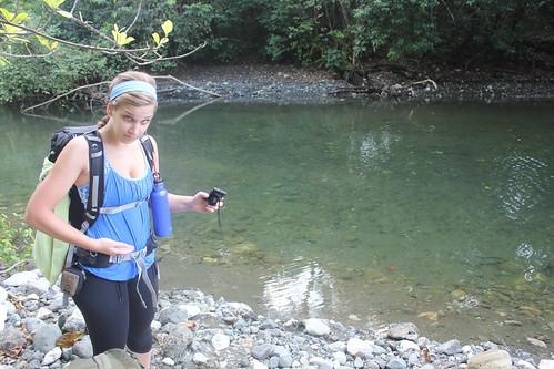 Espe señalando por dónde le había llegado el agua, en ese río Madrigal de engañosas aguas