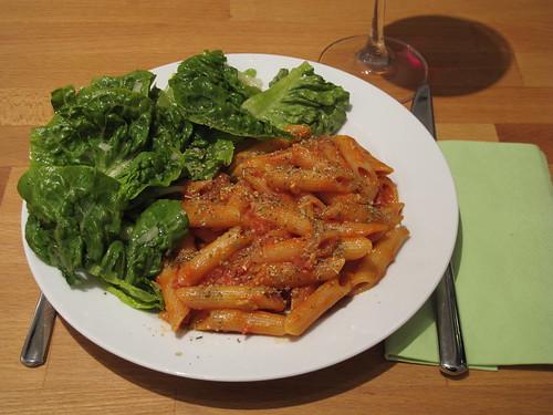 Sauce Pecorino mit Penne und Romana-Salat