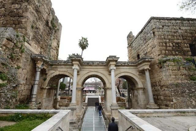 整個上午就在舊城區 (Kaleiçi) 裡閒晃,從凱錫克喚拜樓、鐘樓,順時針方向逛至哈德連城門 (Hadrian Kale Kapisi),再走到海邊去。安塔利亞的舊城區外環繞著路面電車,軌道的兩側宛如兩個世界,想看古蹟靠左邊,想體驗都市便利生活靠右邊,很特別的一個城市。