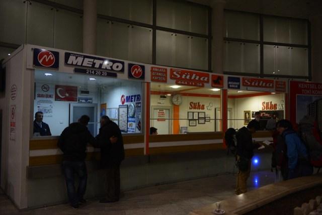 好不容易晃到內夫謝希爾 (Nevşehir) 的轉運站(Süha 巴士的車真讓我坐如針氈),沒想到接駁的巴士出問題沒來,拖了一個多小時才派台小車送我們去 Göreme,結果趕不及土耳其之夜,還被旅行社的人搞得一肚子鳥氣,真是不順。