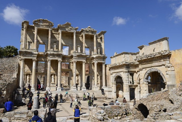 圖書館是艾菲索斯 (Ephesus) 遺跡中保存最好的建築物,也是最醒目的地標,即使只有前門保留下來,但仍讓遊客無法抵抗其魅力。其門口有四座女神的雕像,分別象徵智慧、知識、思想和美德,但為複製品,真品置於維也納博物館。