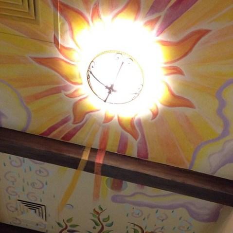 天井は太陽。