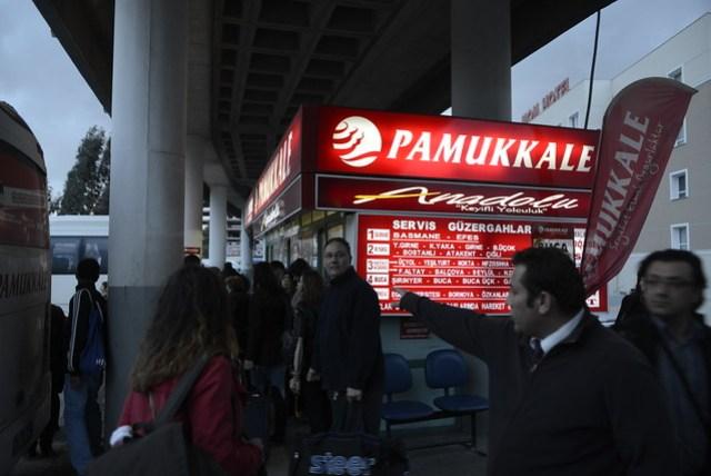 晃了七個小時,總算從地中海大城安塔利亞 (Antalya) 搭到了第三大城伊茲密爾 (Izmir)。但是到了轉運站 (Otogar) 後,還得花上三十分鐘進城,在伊斯坦堡有捷運可搭,太方便了所以沒有接駁巴士(他們稱為 Servis),但在其他城市就很重要,一下車就會遇到有人騙你只有計程車或小巴可搭,千萬不要動搖,直接詢問巴士公司的人,不遠處可能就有免費的接駁車了。