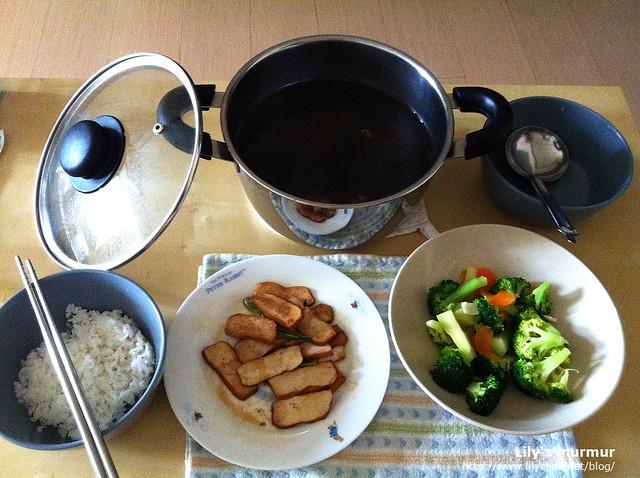 這是L準備的午餐,中間那鍋是加了美多麗藥膳包煮的藥膳湯,另外兩道菜實在有夠家常...