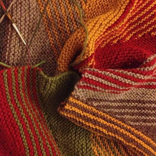 Colori d'autunno per una primavera che gioca a nascondino #lavoroamaglia #valimaki  #knit