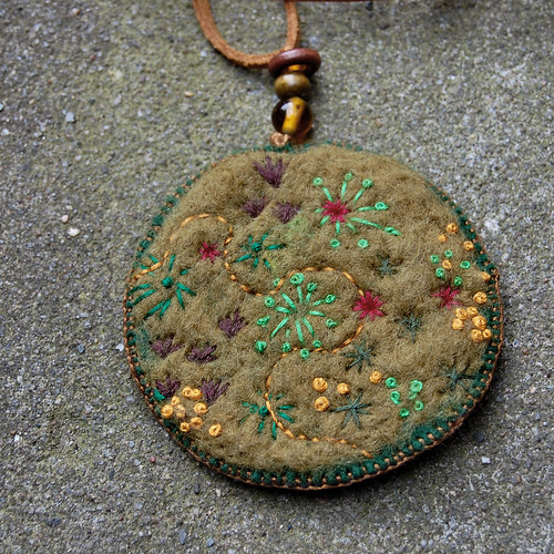 Studio Paars felt pendant necklace moss geborduurde vilt hanger mos