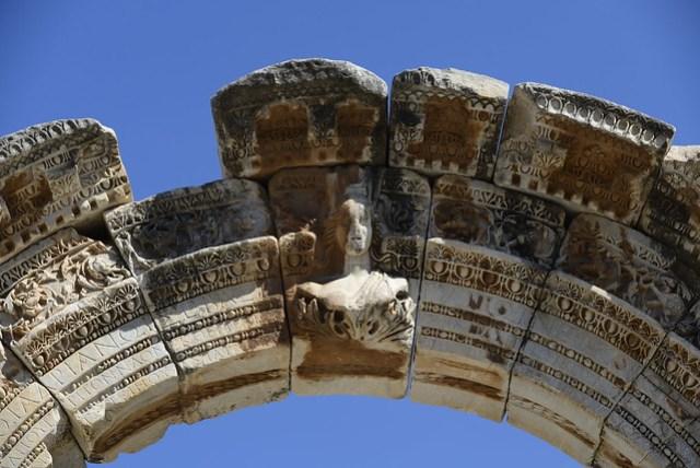 哈德連 (Hadrian) 是羅馬帝國的大帝之一,許多遺跡皆可發現以其命名之處。此神殿的前拱門上刻著泰姬 (Tyche) 女神,後拱門上刻著蛇髮女妖梅杜莎 (Medusa),是為特色。