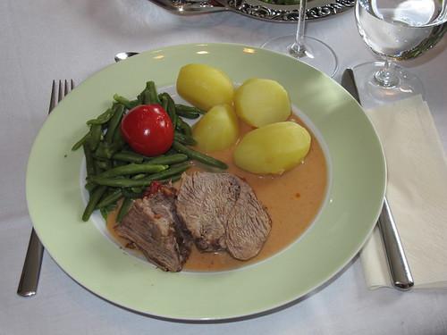 Lammkeule mit Salzkartoffeln, Grünen Bohnen und Schmortomaten
