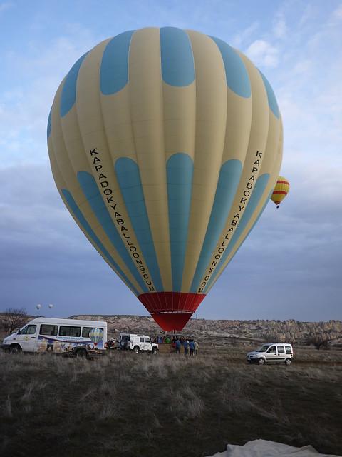 來到卡帕多奇亞 (Cappadocia) 的重頭戲就是搭熱氣球 (Balloon Tour),一早熱氣球公司會派車來接,簡單用過早餐後便驅車前往稍遠空曠地帶準備升空,雖然現在是淡季,但沿路上、空中看到的熱氣球粗估有 30-40 顆,真不敢想像旺季時會有多麼壯盛了。