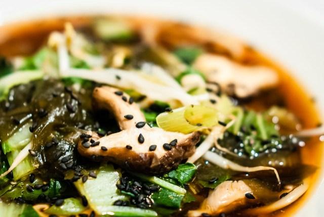 Pittige miso noodle soep als voorjaarskuur met Ottoplenty