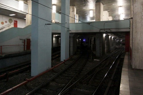 Line M1 tracks at Gara de Nord station, siding tracks diverge to the right