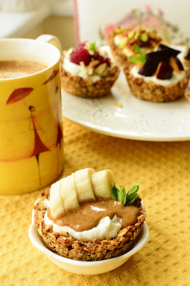 Mini Oats and Yoghurt Cups with Peanut Butter and Bananas