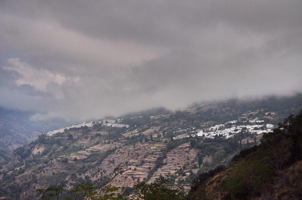 Bubion là ngôi làng bên phải. Ngôi làng cao nhất là Capileira, bên trái. 3 ngôi làng trắng này đều nằm tại vùng Alpujarras, khi xưa của người Morocco