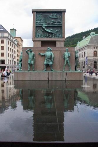 95 Plaza Torgalmenningen - Monumento a los marineros