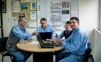 Gerente de Recursos Humanos Luis Torres reunido con su equipo de trabajo.