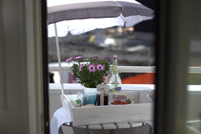 frokost på balkongen.