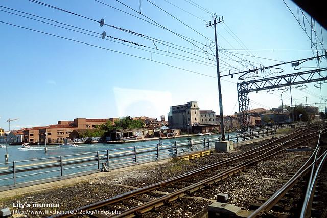 從火車上往外照的風景,可以發現鐵軌真的離海面很近,而威尼斯就像漂浮在海面上。