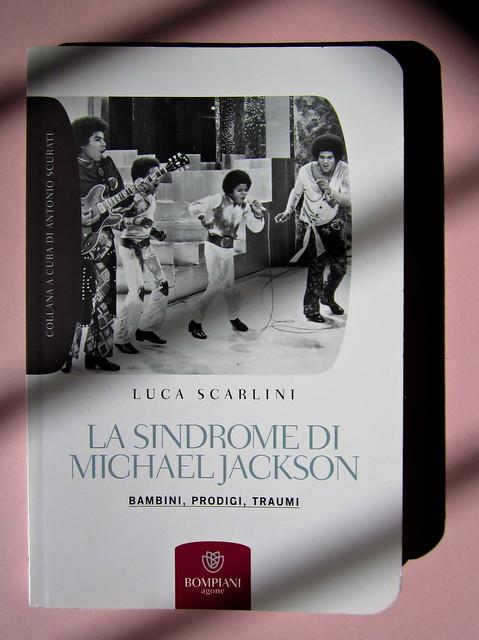 Luca Scarlini, La sindrome di Michael Jackson. Bambini, prodigi, traum. Bompiani 2012. Copertina: Paola Bertuzzi; progetto grafico: Poljstudio. Copertina (part.), 1